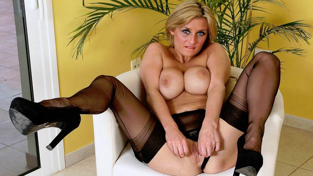 geiles nacktfoto zeigt reife chatschlampe beim gratis sex vor der cam